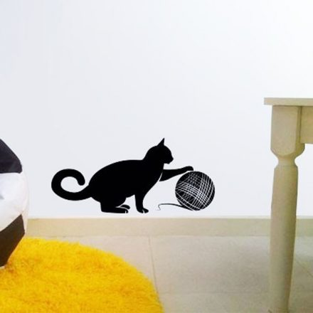 Gombolyaggal játszó cica