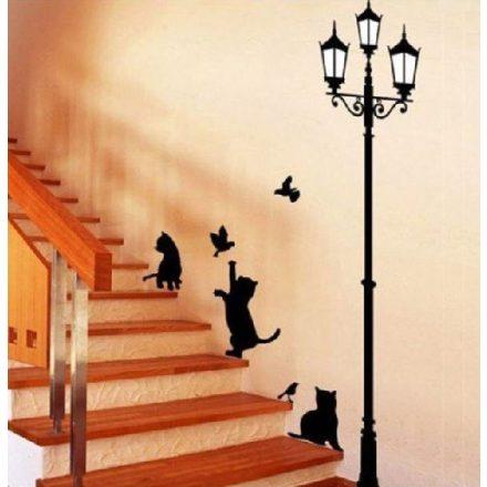 Kandelláber alatt játszó cicák